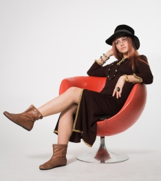 Model_in_Hat_And-Chair-By_Jimmy-Lilja